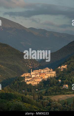 Blick auf das Dorf Preci bei Sonnenuntergang, Valnerina, Umbrien, Italien, Europa Stockbild