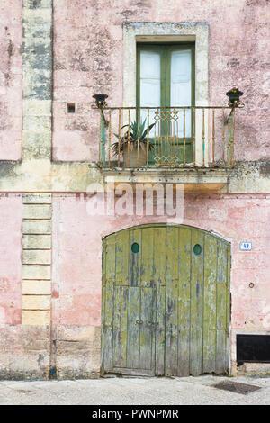Specchia, Apulien, Italien - Schöne alte Fassaden und Balkone in der Altstadt von Specchia Stockbild