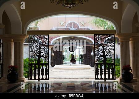 Dominikanische Republik, Punta Cana, Bavaro, Iberostar Grand Hotel, Eingang anzeigen Stockbild