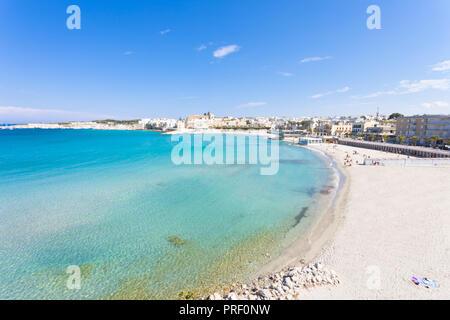 Otranto, Apulien, Italien - Entspannen am wunderschönen Strand der Bucht von Otranto in Italien Stockbild