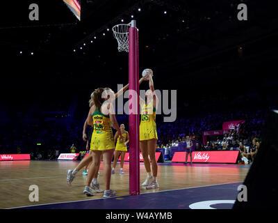 Caitlin Basset von Australien in Aktion während der abschließenden zwischen Australien und Neuseeland, am Tag 10 der Vitalität Netball Wm 2019, bei der die M&S-Bank Arena, Liverpool, England. Neuseeland Schlag Australien: 52-51 Stockbild