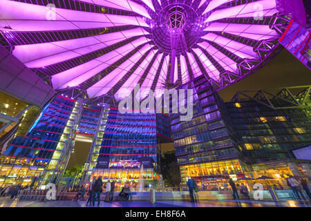 Sony Center bei Nacht. Das Zentrum ist ein öffentlicher Raum, befindet sich in der Potsdamer Platz finanziellen Stockbild