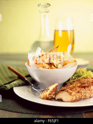 Huhn mit Erdnüssen und Pommes frites Stockbild