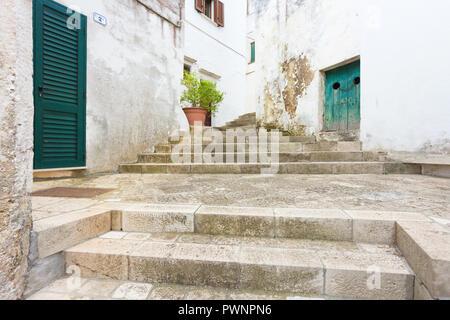 Specchia, Apulien, Italien -, zu einem historischen Treppenhaus in der Altstadt von Specchia Stockbild