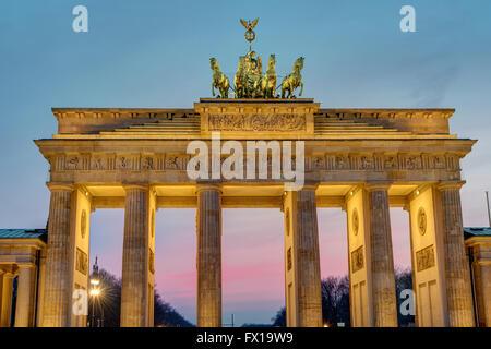 Morgendämmerung am Brandenburger Tor in Berlin, Deutschland Stockbild