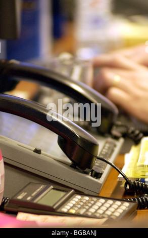 Fotografieren der Händler der Stadt Schreibtisch-Business-Telefone ausgelastet warten Stockbild