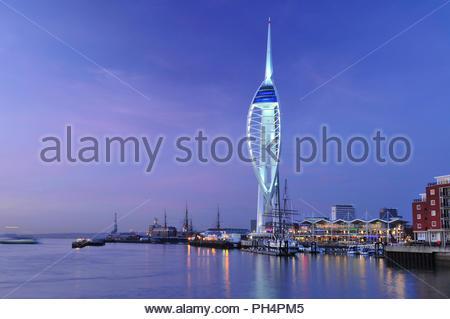 Spinnaker Tower - modernen Beobachtungsturm, Stahl Wahrzeichen Struktur in der Dämmerung in Portsmouth Harbour beleuchtet, südlichen England UK. Stockbild