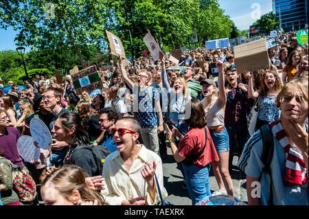 Eine Gruppe von Menschen gesehen, riefen Parolen beim Gehen während der Demonstration. Zehntausende Kinder in mehr als 60 Ländern gestreikt Klimawandel Aktion zu verlangen. # FridaysForFuture ist eine Bewegung, die im August 2018 begann, nach 15 Jahren alten Greta Thunberg vor dem schwedischen Parlament jede Schule Tag saß für drei Wochen, gegen die fehlende Aktion auf die Klimakrise zu protestieren. In Brüssel, nicht nur Studenten, sondern Lehrer, Wissenschaftler, und mehrere Syndikate nahm die Straßen der belgischen Hauptstadt zum zweiten Mal für eine bessere Klimapolitik zu protestieren. Nach t Stockbild