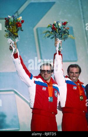 Phil Mahre (USA) Gold-C-, Steve Mahre (USA) Silber, Gewinner des Männer Slalom an der 1984 Olympischen Winterspiele. Stockbild