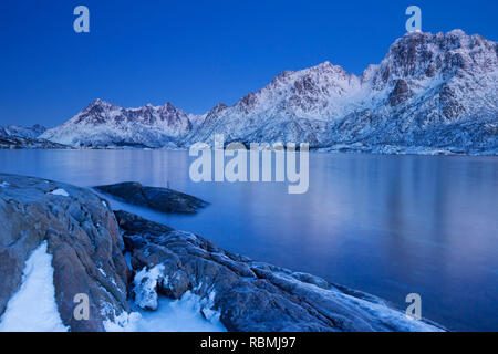 Berge und Meer auf den Lofoten in Nord-Norwegen in der Dämmerung im Winter. Stockbild