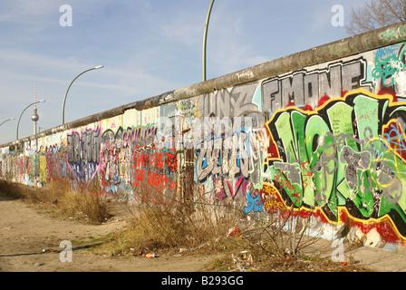 Teil der Berliner Mauer bedeckt mit graffiti Stockbild