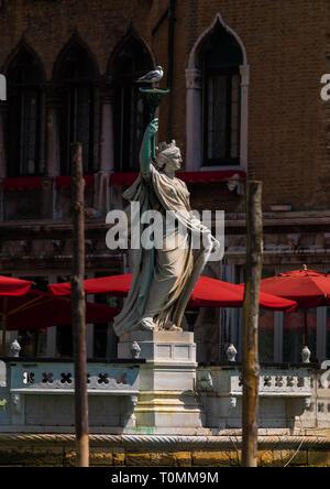 Statue einer Frau mit einer Fackel auf dem Canal Grande, Region Veneto, Venedig, Italien Stockbild