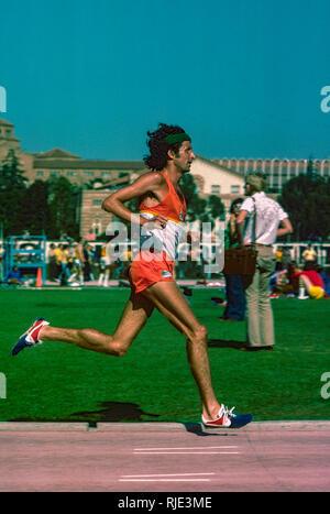 Frank Kürzere konkurrieren in der 10,00 Meter in den USA 1977 Outdoor Leichtathletikmeisterschaften Stockbild