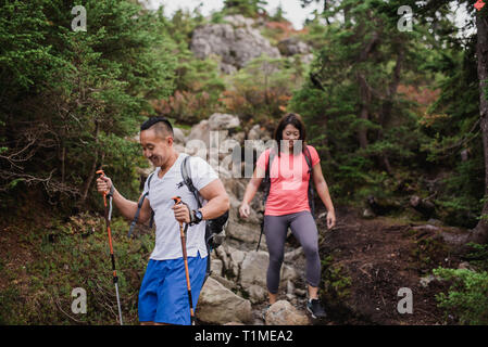 Paar nach unten wandern Felsen im Wald Stockbild