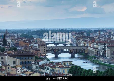 Ponte Vecchio über dem Arno und dem historischen Zentrum von Florenz, Toskana, Italien, Europa Stockbild