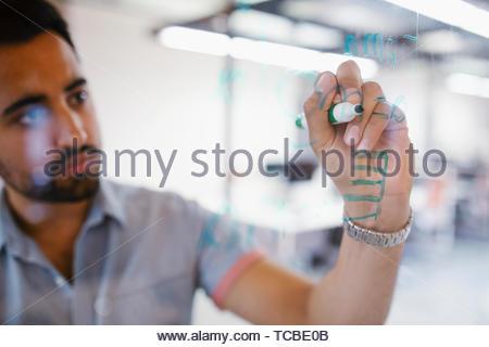 Kreative Geschäftsmann Brainstorming im Büro ausgerichtet Stockbild