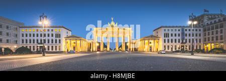 Klassische Panoramablick über Brandenburger Tor am berühmten Pariser Platz im Zwielicht, Berlin, Deutschland Stockbild