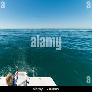 Junge Angeln auf Segelboot Stockbild