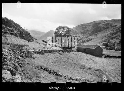 Scheune aus dem 17. Jahrhundert, Kräuter Crag, Martindale, Eden, Cumbria, c 1955 - c 1980. Außenansicht einer Scheune aus dem 17. Jahrhundert auf die Kräuter Crag in Martindale, aus dem Norden gesehen, von der Sie den Blick über die Hügel im Lake District. Stockbild