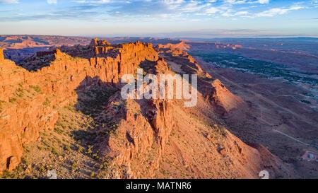 Die Moab Wand bei Sonnenaufgang, hinter den Felsen vorgeschlagenen Wüste, Utah, Moab, Utah über Stockbild