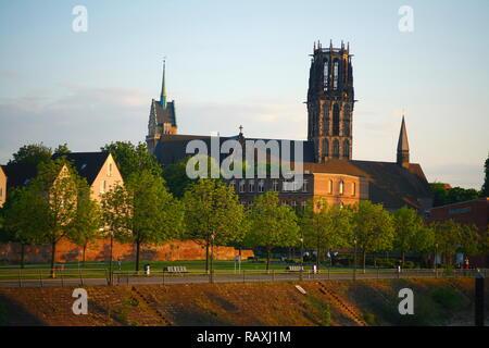 Rathausturm und Salvatorkirche mit altstadtpark am Innenhafen bei Abendsonne, Duisburg, Ruhrgebiet, Nordrhein-Westfalen, Deutschland Stockbild
