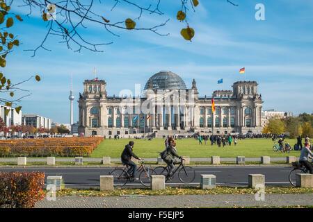 Deutschen Reichstag und Kuppel mit Touristen im Vordergrund, Berlin, Deutschland, Europa Stockbild