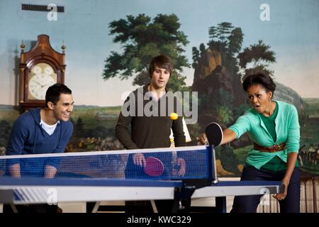 'Big Time Rush' Band Mitglieder und der First Lady Michelle Obama spielen Tischtennis im Weißen Haus. Stockbild