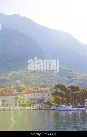 Makarska, Dalmatien, Kroatien, Europa - August 24, 2017 - Blick über den Hafen von Makarska. Stockbild