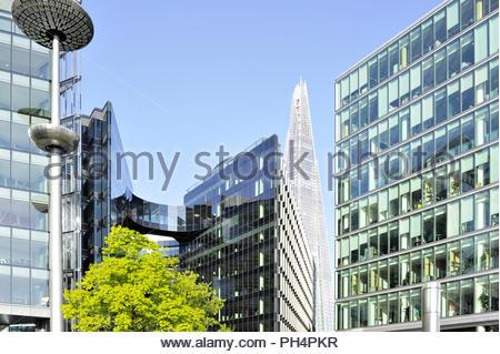 Moderne verglaste Büro Gebäude mit mehr London mit dem Shard Hochhaus im Hintergrund. Stadt London England UK. Stockbild