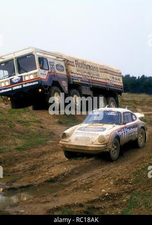 1984 Porsche 953 Paris - Dakar Rallye Auto und man Support Truck. Stockbild