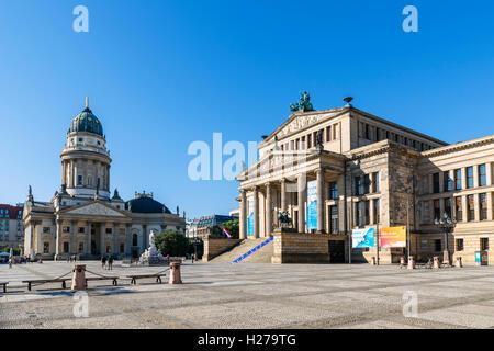 Berlin, Deutschland. Der Gendarmenmarkt mit dem Deutschen Dom und dem Konzerthaus auf der rechten Seite. Stockbild