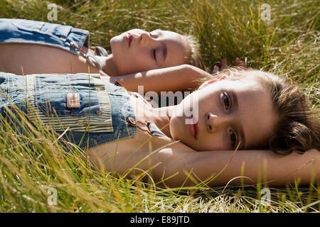 zwei Mädchen im Overall Verlegung im Bereich Stockbild