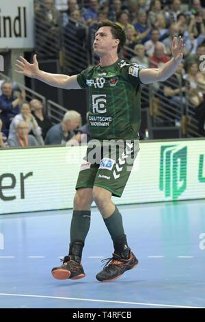 18 April 2019, Berlin: Handball Bundesliga Füchse Berlin - THW Kiel, den 27. Spieltag. Fox Spieler Hans Lindberg Beifall für einen Hit. Foto: Jörg Carstensen/dpa Stockbild