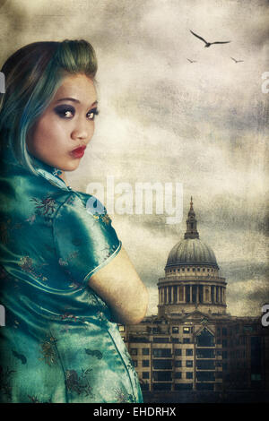 Frau trägt ein Cheong Sam außerhalb St. Pauls cathedral Stockbild
