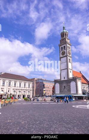 Augsburg, Bayern, Deutschland - 10. September 2015: Die historischen Perlach Turm auf dem Stadtplatz. Stockbild