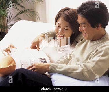 Paar sitzt auf einem sofa Stockbild