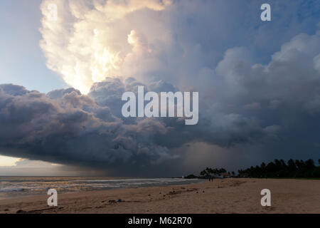 Induruwa Beach, Sri Lanka, Asien - Overclouded Landschaft bei Sonnenuntergang am Strand von Induruwa Stockbild