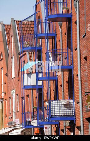 Moderne Wohn- Ziegelgebäude mit blauen Balkone in Stavenort, Buxtehude, Altes Land, Niedersachsen, Deutschland, Europa Stockbild