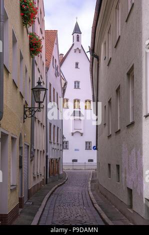 Augsburg, Bayern, Deutschland - Blick durch die enge Gasse von Schleifergäßchen zum Kloster der Franziskanerinnen von Maria Stern. Stockbild