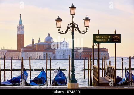 Gondeln auf dem Markusplatz Waterfront mit San Giorgio Maggiore Kirche im Hintergrund, Venedig, Venetien, Italien Stockbild