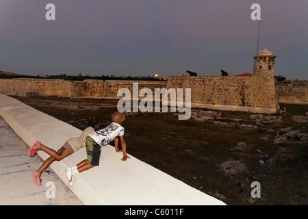 Havanna Kuba, Castillo de San Salvador De La Punta in der Dämmerung, Kinder Stockbild