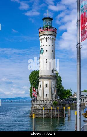 Der Leuchtturm am Hafen in der Altstadt von Lindau im Bodensee, Bayern, Deutschland, Europa. Stockbild