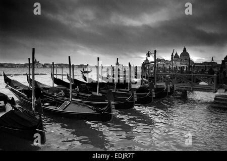 Schwarz / weiß Bild der Gondeln auf der Anklagebank in Venedig, Italien Stockbild