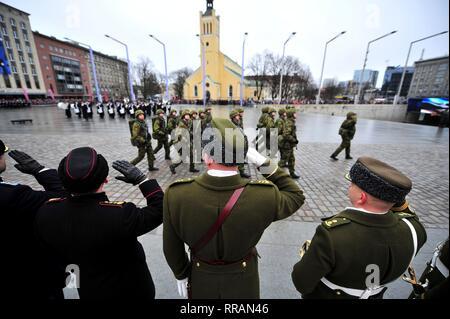 Estnischen Streitkräfte Soldaten begrüssen als NATO-Truppen März Vergangenheit während des Estnischen Independence Day Parade am Platz der Freiheit, 24. Februar 2019 in Tallinn, Estland. Stockbild