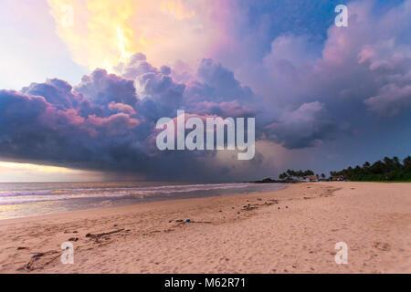 Induruwa Beach, Sri Lanka, Asien - bunte Wolken und Licht bei Sonnenuntergang am Strand von Induruwa Stockbild