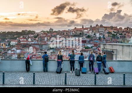 Sicht in der Nähe von Dom Luis I Brücke, Gruppe der Touristen mit den Trolleys, Porto, Portugal Porto, Portugal Stockbild