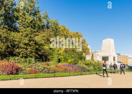 St. James's Park, mit Gedenkstätte der Wachposten, im Hintergrund, London, England, Vereinigtes Königreich, Europa Stockbild