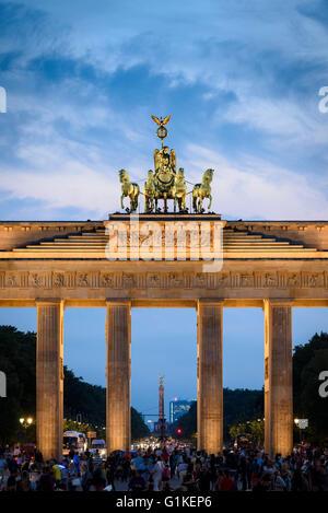 Berlin. Deutschland. Das Brandenburger Tor ist nachts beleuchtet. Stockbild