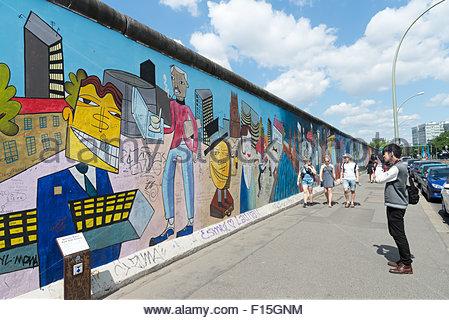 Touristen fotografieren an der Berliner Mauer East Side Gallery, Berlin, Deutschland Stockbild