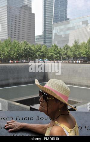 Ältere Frau am Denkmal 9/11 Stockbild